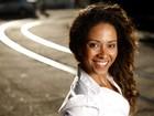 Atuando em 'Flor do Caribe' e 'Faroeste Caboclo', Cinara Leal posa cheia de charme em cenário carioca