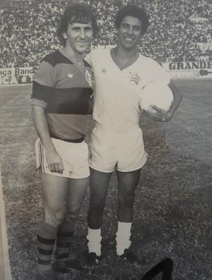 Heyder guarda uma foto com Zico da época em que jogava no Náutico (Foto: Arquivo pessoal)