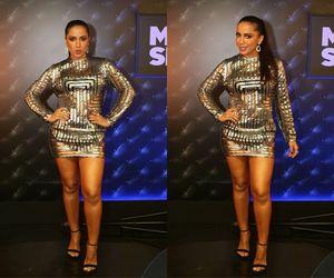 Anitta arrasa com vestido brilhoso e joias avaliadas em 40 mil reais para dançar É o Tchan
