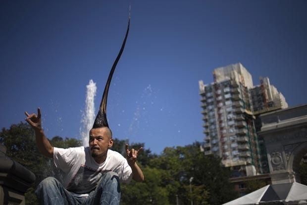 Com um moicano de quase 1 metro de altura, o designer de moda Kazuhiro Watanabe entrou para o livro dos recordes. O japonês posou para fotos na quarta (12) durante o lançamento da edição de 2013 do livro em Nova York. (Foto: Adrees Latif/Reuters)