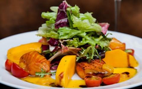 Salada de salmão, mix de folhas e molho de manga