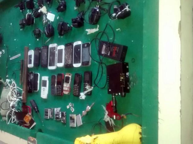 Máquina de tatuar, celulares e carregadores foram apreendidos durante revista realizada na tarde desta segunda (4) (Foto: G1)