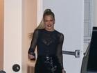 Khloe Kardashian exibe curvas e usa look poderoso ao sair em Los Angeles