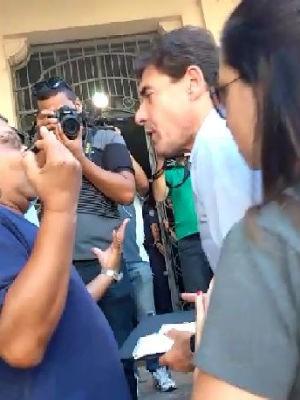 Prefeito é hostilizado por manifestantes na entrada da Prefeitura em Ribeirão Preto (Foto: Monize Zampieri/Jornal A Cidade)