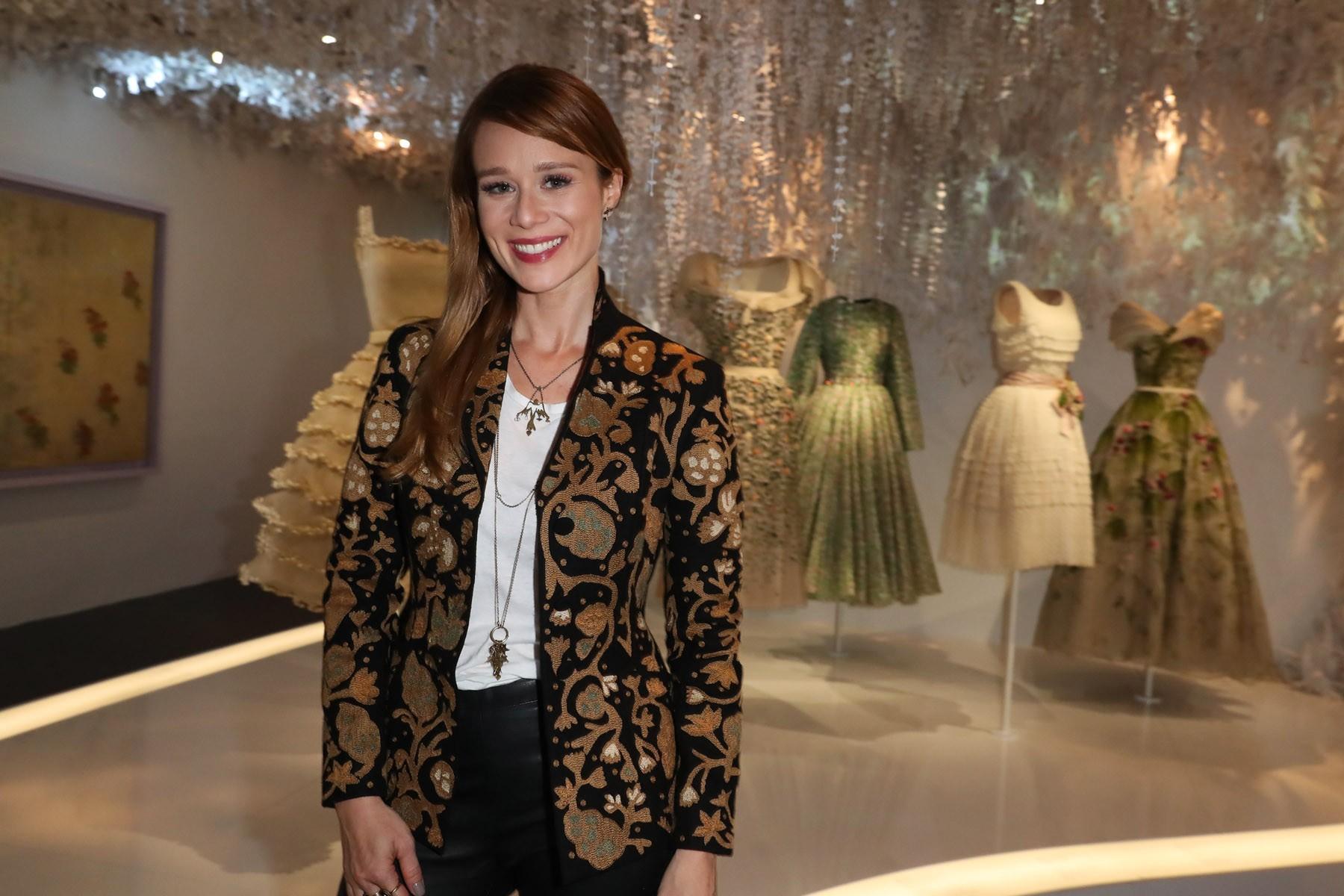 Mariana Ximenes se encanta com exposição comemorativa da Dior em Paris (Foto: Antonio Barros)