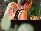 Após susto, Rita Ora tranquiliza fãs: 'Estou melhorando'