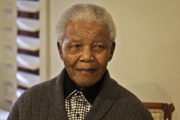 Nesta foto de 18 de julho de 2012, o ex-presidente sul-africano Nelson Mandela comemora seu 94º aniversário, em Qunu. A condição de Mandela permaneceu grave, mas estável nesta terça-feira (11), seu quarto dia internado  (Foto: AP Photo/Schalk van Zuydam, File)