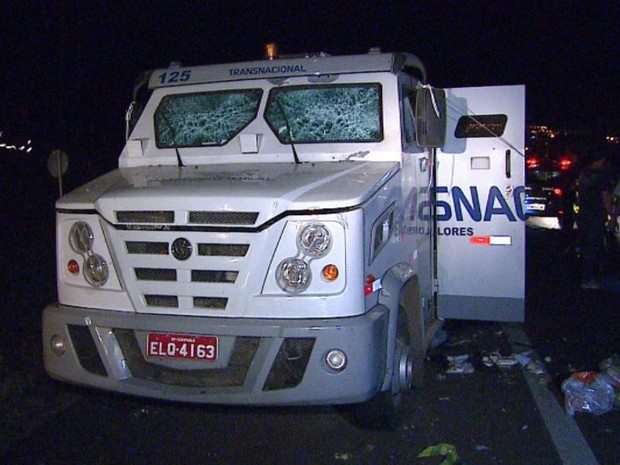 Estragos em carro-forte alvo de quadrilha na Rodovia Anhanguera em Araras (Foto: Ely Venâncio/EPTV)
