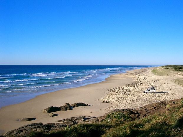 (Foto: Wikimedia Commons / Sensenmann / http://commons.wikimedia.org/wiki/File:Fraser_Island_a02_highway.jpg)