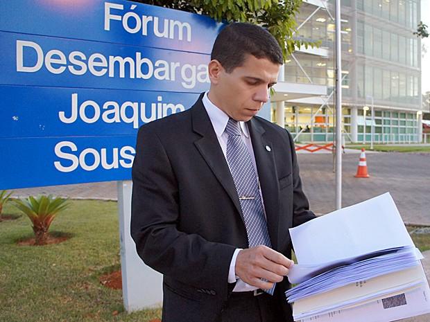 Procurador federal Paulo Ailton Queiroz Júnior é autor da ação e morador de um conjunto habitacional localizado próximo à fábrica de cimento (Foto: Ricardo Moreira / G1)
