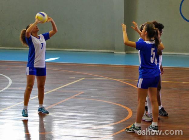 Durante um intervalo nas gravações, Bruna e Roberta bateram um bolão em quadra (Foto: Em Família/ TV Globo)