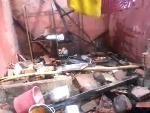 Cômodo da casa onde fogos de artifícios eram guardados foi destruído após incêndio (Foto: Demontier Tenório/Agência Miséria)