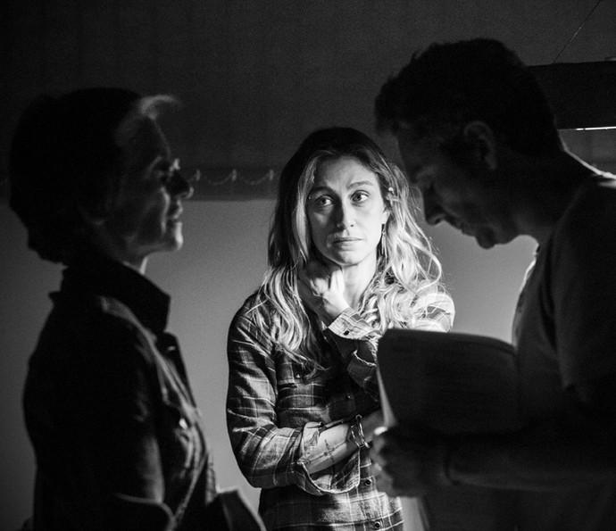Diretora Amora Mautner ensaia com Cassia Kis e Alexandre Nero (Foto: Raphael Dias/ Gshow)