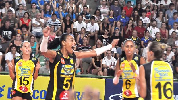 Praia Clube comemora ponto no vôlei contra o Rio do Sul (Foto: Clóvis Eduardo Cuco/Rio do Sul)