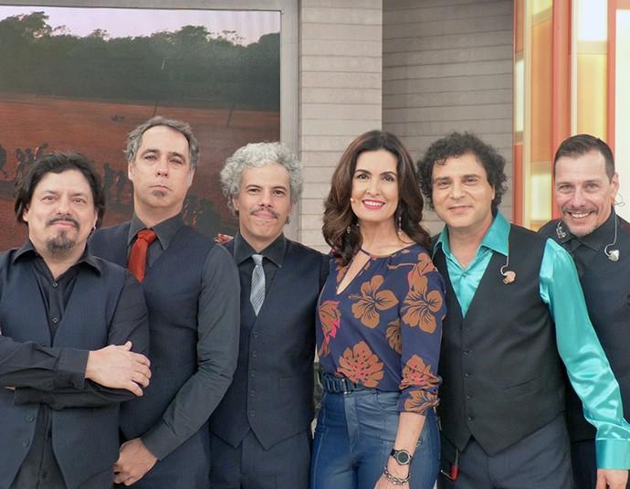 Frejat com os músicos e a apresentadora  (Foto: Vinícius Cunha/Gshow)
