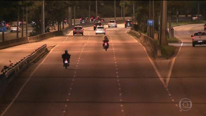Motos desafiam proibição de circular de madrugada na Marginal Tietê, em São Paulo