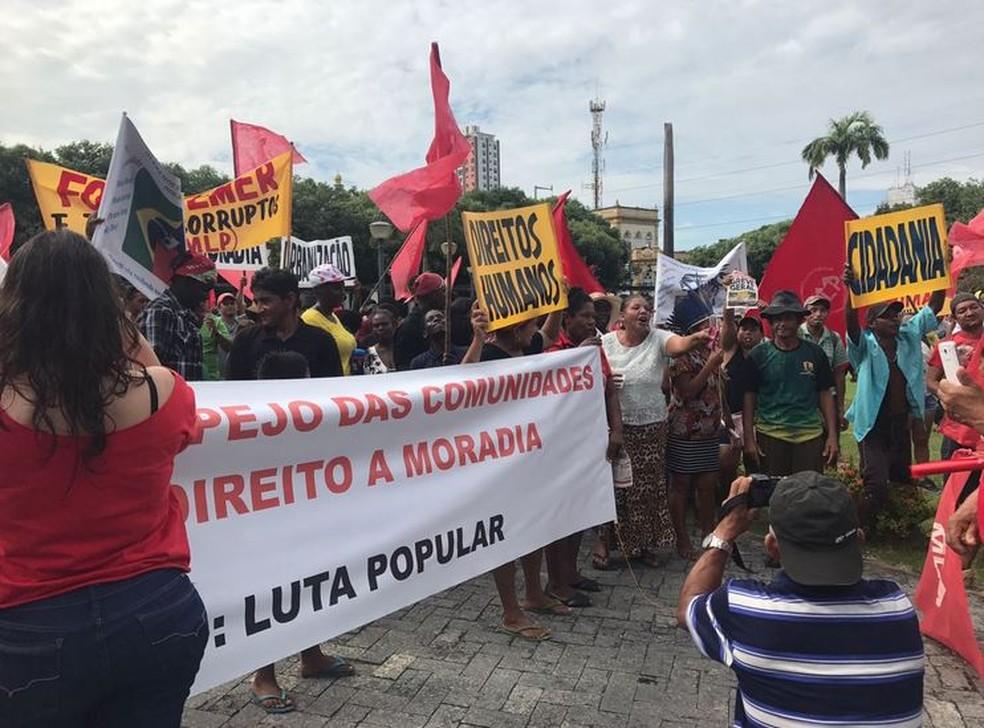 Manifestantes iniciaram ato na Praça da Saudade, em Manaus (Foto: Patrick Marques/G1 AM)