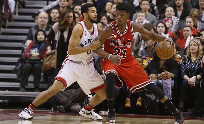 Jimmy Butler protege a bola da marcação de Cory Joseph (Foto: Reuters)