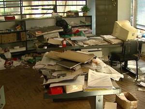 Documentos de ex-alunos foram encontrados pelo MPF na Fadisc em São Carlos (Foto: Reprodução/EPTV)