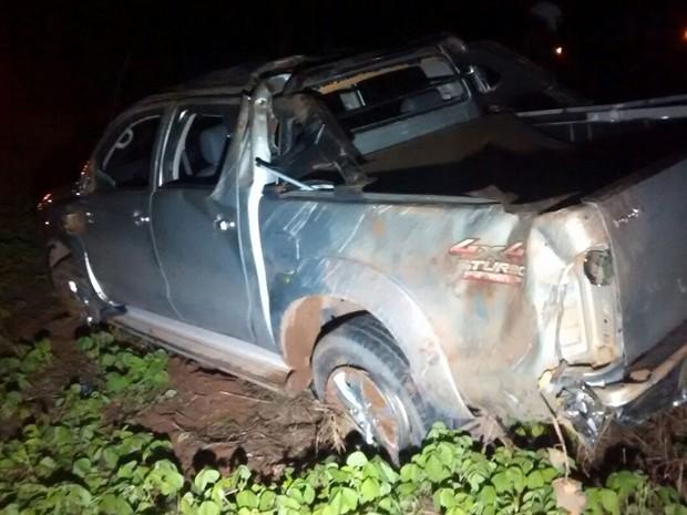 Carro tentou ultrapassagem em caminhonete e bateu em caminhão guincho (Foto: Divulgação/PRF-MT)