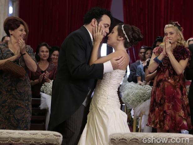 Os convidados se emocionam com a união do casal (Foto: Felipe Monteiro/ TV Globo)