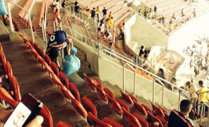 Torcida do Japão limpa arquibancada da Arena Pernambuco após jogo