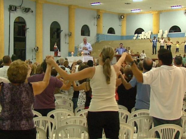 Proibido de rezar missas, padre volta de surpresa e faz vigília em Rio Claro (Foto: Marlon Tavoni / EPTV)