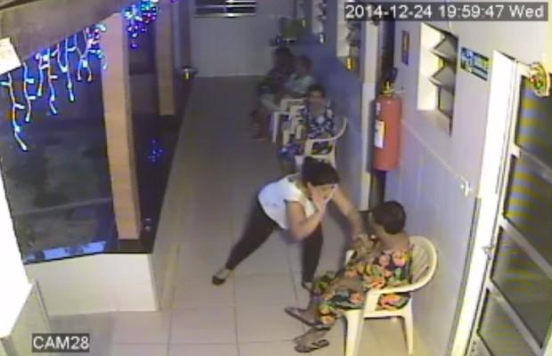 Enfermeira bate em idosa após ela se recusar a tomar remédio em Inhumas, Goiás (Foto: Reprodução/TV Anhanguera)