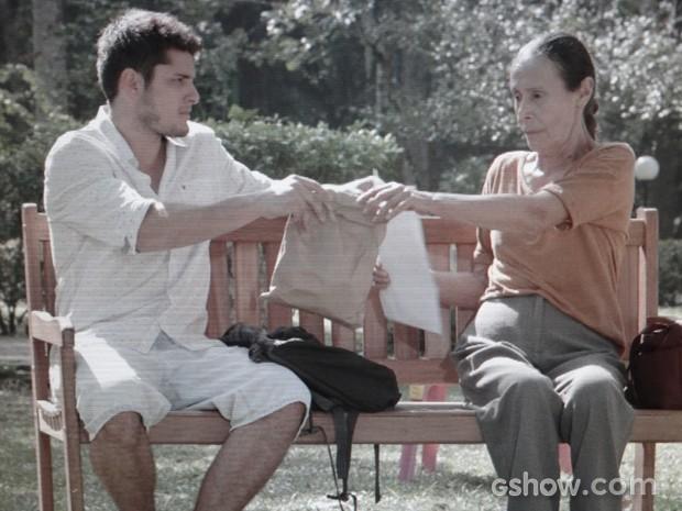 André cede e dá dinheiro para Heloísa (Foto: Em Família/TV Globo)
