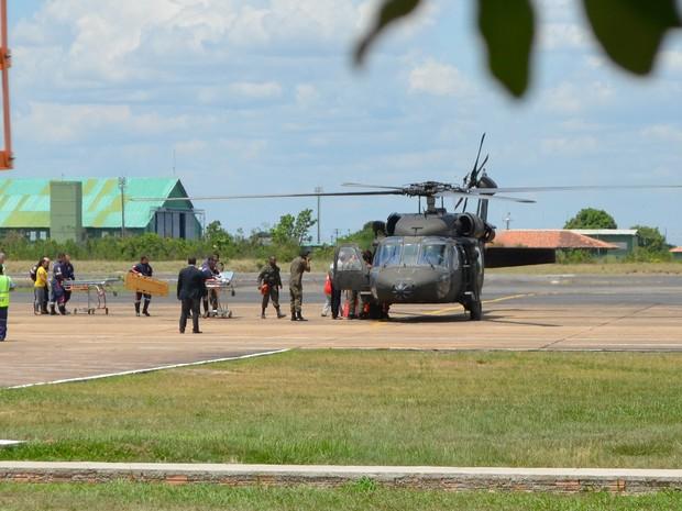 Helicóptero da Força Aérea Brasileira desambarcou no Aeroporto Internacional de Boa Vista com os passageiros que estavam no aeronave desaparecida deste o domingo (26) (Foto: Jackson Félix/G1)