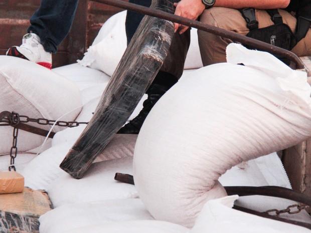 Polícia Rodoviária Federal apreendeu uma carreta carregada com maconha em meio a sacos de milho na rodovia Régis Bittencourt (Foto: Marcio Ribeiro/ Estadão Conteúdo)