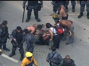 Manifestante é ferido do bala de borracha durante desocupação do Museu do Índio. (Foto: Reprodução / TV Globo)