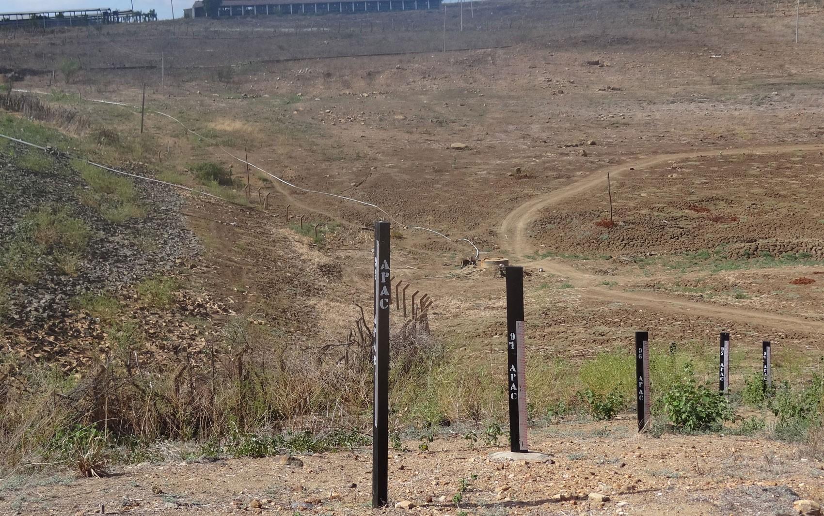 Barragem que abastecia São José do Egtio, no Sertão, está seca. (Foto: Luna Markman/ G1)