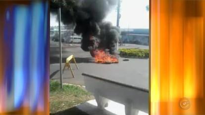 Polícia investiga relação entre morte de jovem e incêndio em ônibus