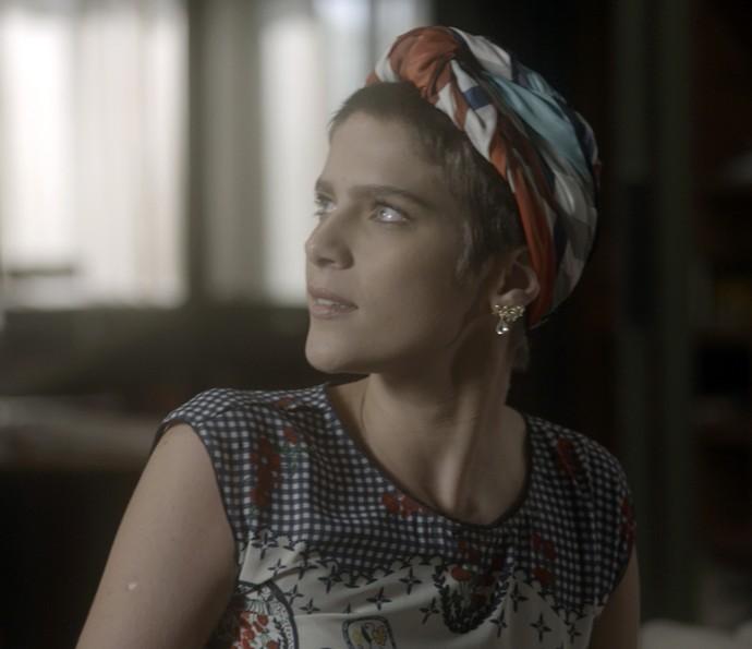 Letícia fica assustada com a novidade (Foto: TV Globo)