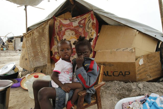 Crianças são vistas em acampamento para deslocados em Bangui, na República Centro-Africana, em 11 de fevereiro (Foto: Luc Gnago/Reuters)