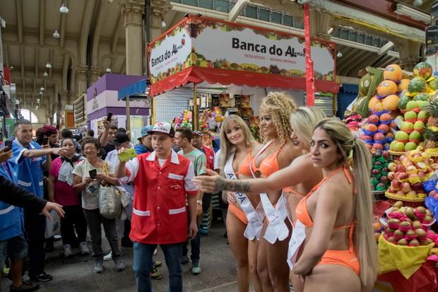 Candidatas a Miss Bumbum vão em busca de votos no Mercadão de São Paulo (Foto: Marcelo Brammer / MBB6)