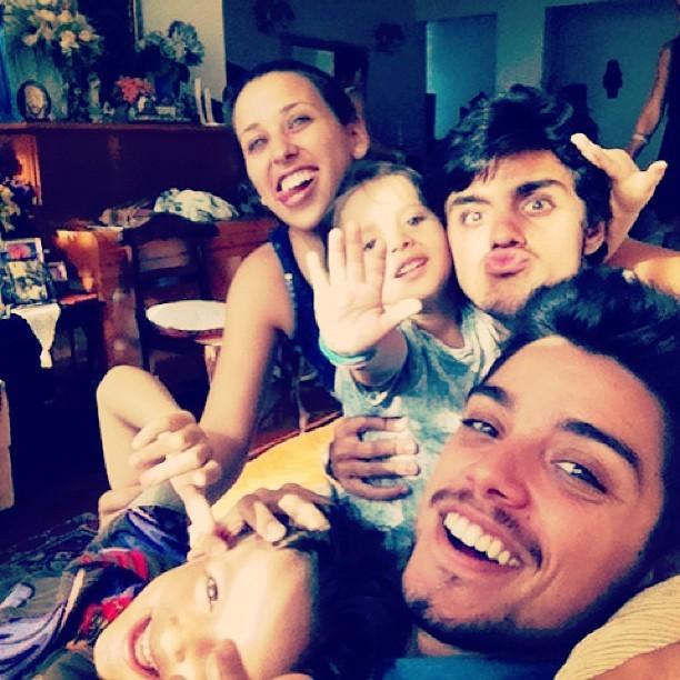 Rodrigo Simas posta foto com a família (Foto: Instagram / Reprodução)