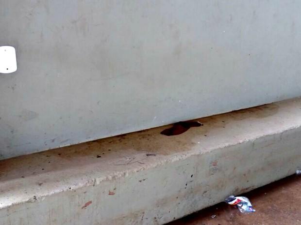 Após morte de menino fio descascado foi tampado na quadra da Praça da Juventude  (Foto: Iryá Rodrigues/G1)