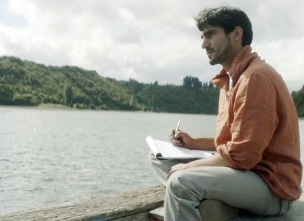 Renato começa a escrever cartas para mandar ao Brasil