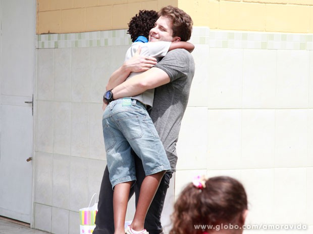 Niko recupera guarda de Jayminho (Foto: Ellen Soares/ TV Globo)
