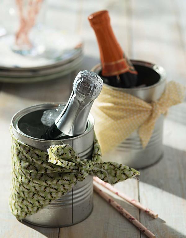 Troque o rótulo por retalhos de tecido estampado e transforme latas de mantimentos em baldinhos de gelo individuais. Tecidos e canudos Shopfesta  (Foto:  Cacá Bratke/Editora Globo)