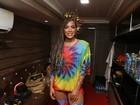 Anitta usa look colorido e tranças no camarim do seu trio em Salvador