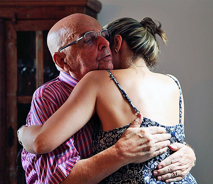 Ana Paula abraça o pai: Seu Gerardo está orgulhoso da filha (Foto: Larissa Moggi/Gshow)