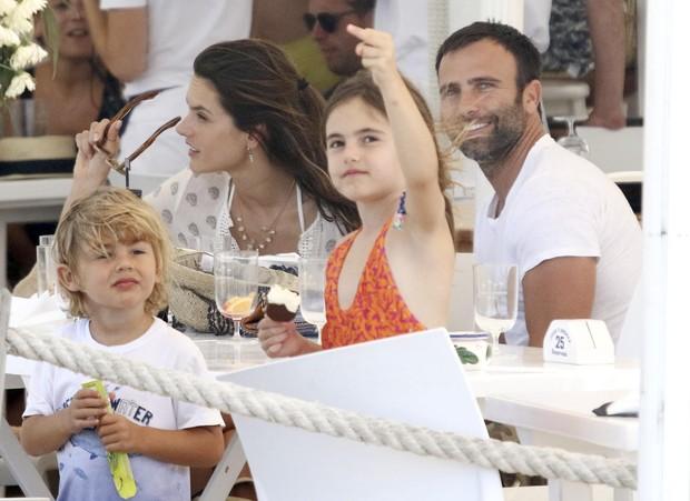 Anja, filha de Alessandra Ambrósio, mostra dedinho para fotógrafos (Foto: The Grosby Group)