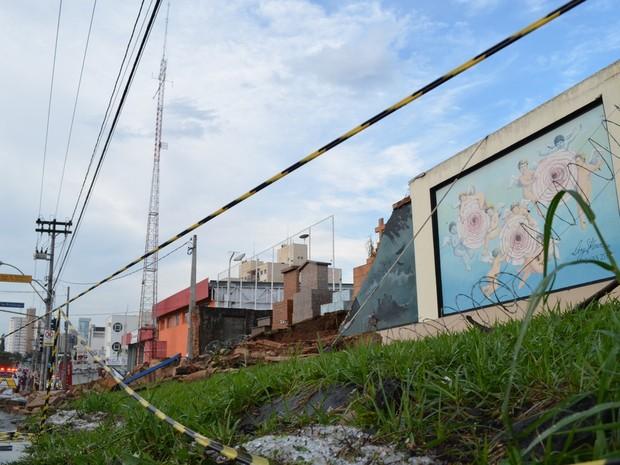 Parte do muro do Cemitério da Saudade caiu após chuva em Piracicaba (Foto: Thomaz Fernandes/G1)