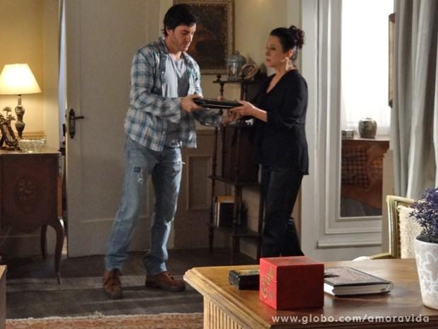 Lidia entrega para Thales seu laptop (Foto: Amor à Vida/ TV Globo)