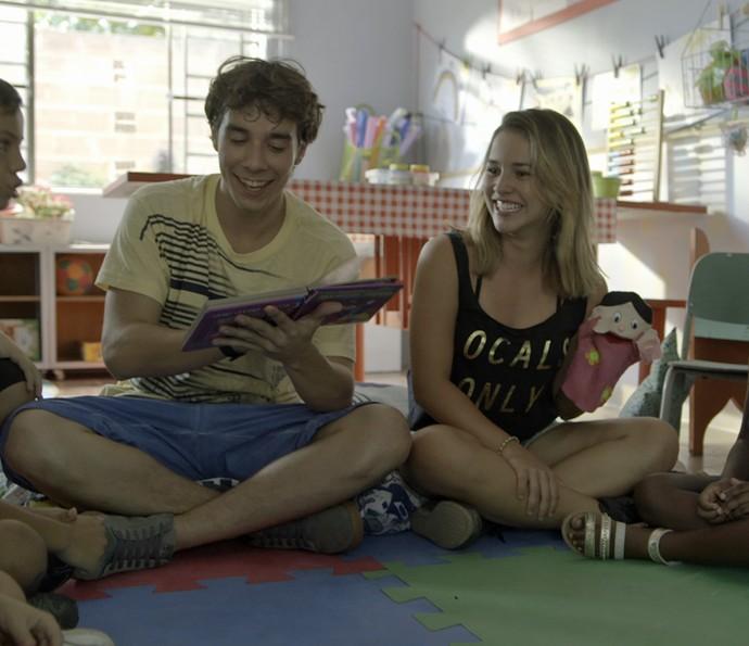 Luan conta uma história para as crianças (Foto: TV Globo)