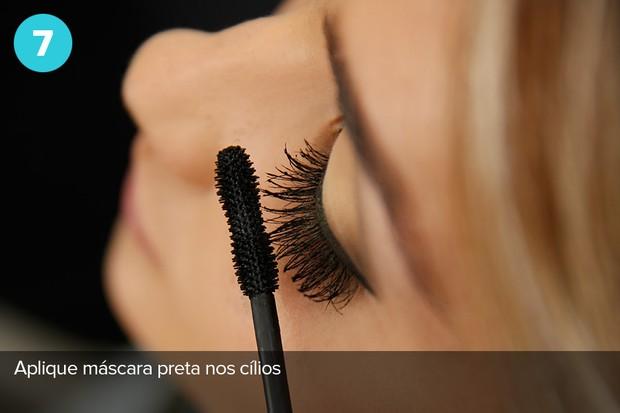 Sétimo passo:  máscara preta nos cílios (Foto: Marcos Serra Lima/EGO)