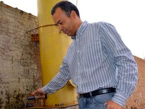 Empresário Paulo César Fernandes mostra filtro do sistema de captação de água das chuvas (Foto: Anderson Viegas/Do Agrodebate)